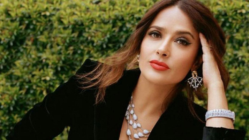 Lingerie top + blazer: Salma Hayek gave style chair with this look